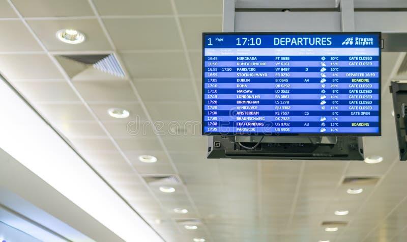Πίνακας αναχωρήσεων στον αερολιμένα της Πράγας που παρουσιάζει πτήσε στοκ εικόνα