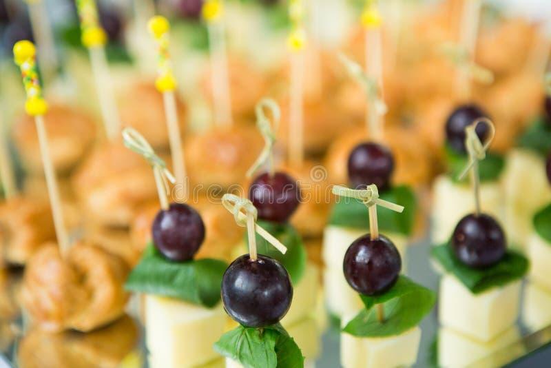 Πίνακας γαμήλιου γεγονότος τροφίμων τομέα εστιάσεως Γραμμή μπουφέδων στο γάμο Εύγευστη κινηματογράφηση σε πρώτο πλάνο ορεκτικών στοκ εικόνα με δικαίωμα ελεύθερης χρήσης