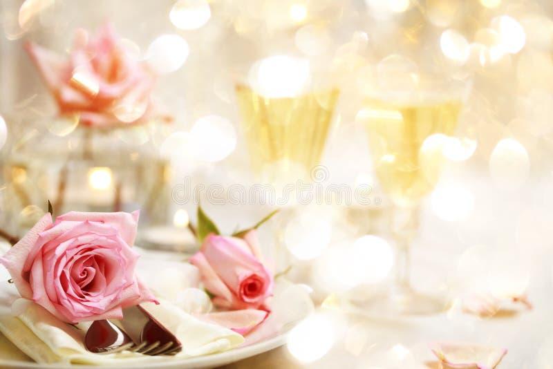 Πίνακας γευμάτων με τα όμορφα ρόδινα τριαντάφυλλα στοκ εικόνες