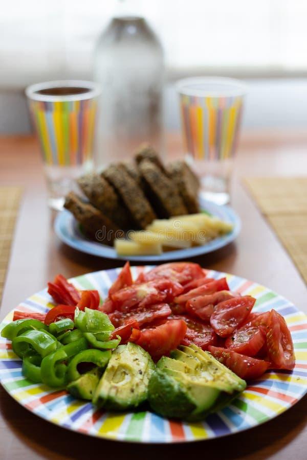 Πίνακας γευμάτων με το πιάτο σαλάτας, το ψωμί και το ζωηρόχρωμο γυαλί νερού στοκ φωτογραφία με δικαίωμα ελεύθερης χρήσης