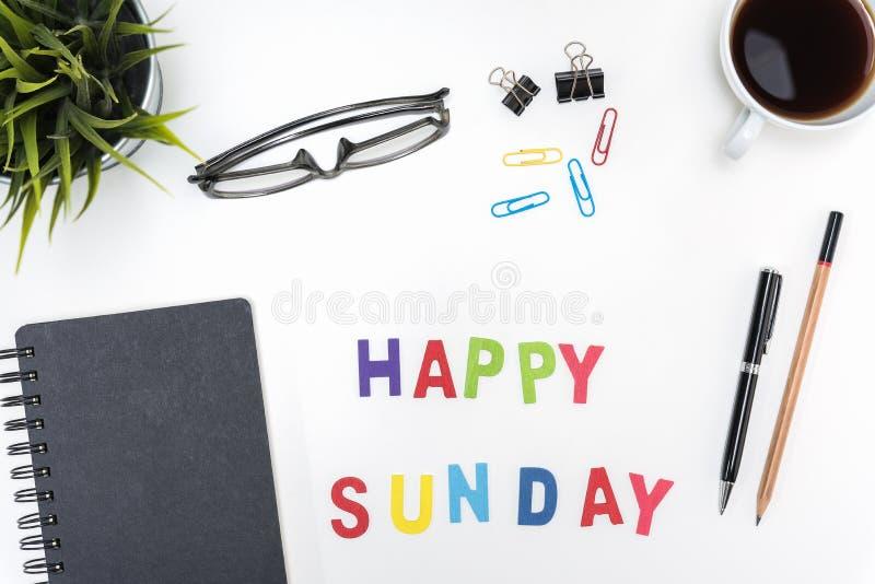 Πίνακας γραφείων γραφείων με την ευτυχή λέξη της Κυριακής στοκ εικόνες με δικαίωμα ελεύθερης χρήσης