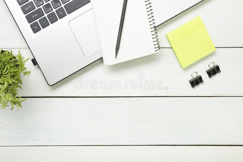 Πίνακας γραφείων γραφείων με τις προμήθειες Τοπ όψη Διάστημα αντιγράφων για το κείμενο Lap-top, σημειωματάριο, μάνδρα και λουλούδ στοκ εικόνες