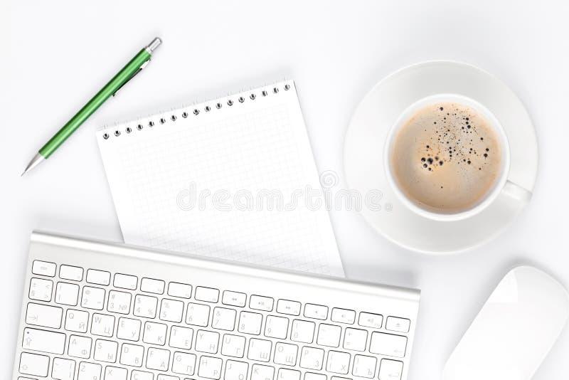 Πίνακας γραφείων γραφείων με τον υπολογιστή, τις προμήθειες και το φλυτζάνι καφέ στοκ φωτογραφίες με δικαίωμα ελεύθερης χρήσης