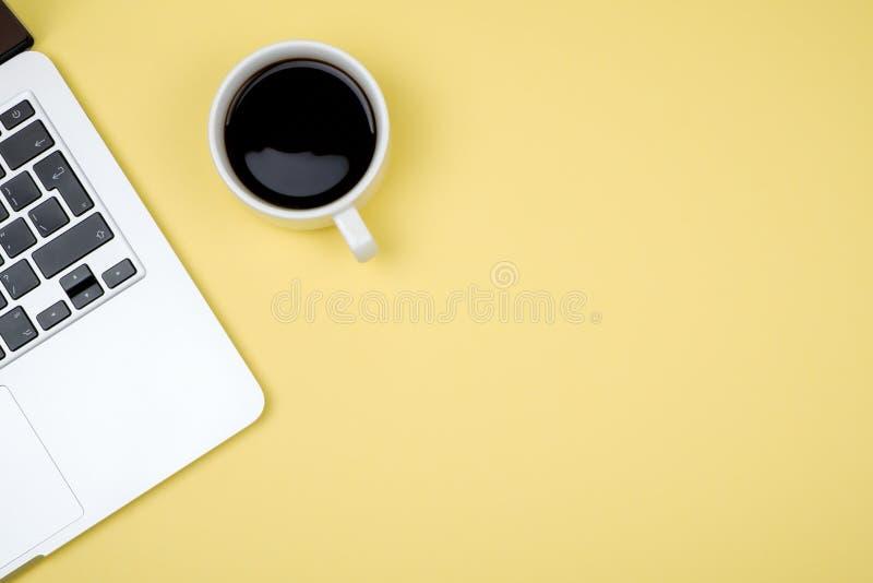 Πίνακας γραφείων γραφείων με τον υπολογιστή Τοπ άποψη με το διάστημα αντιγράφων στοκ φωτογραφία με δικαίωμα ελεύθερης χρήσης
