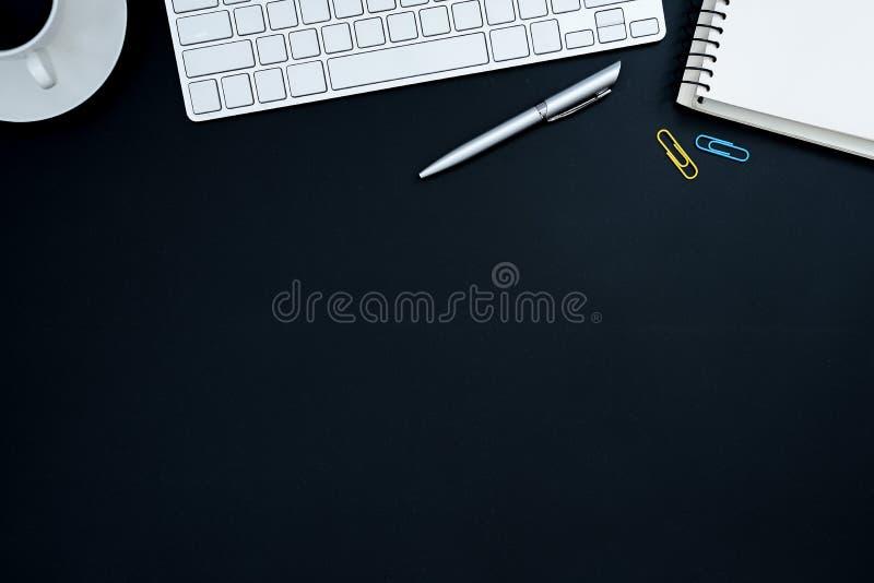 Πίνακας γραφείων γραφείων με τον υπολογιστή, την ασημένια μάνδρα, μπλε και κίτρινο pap στοκ φωτογραφίες