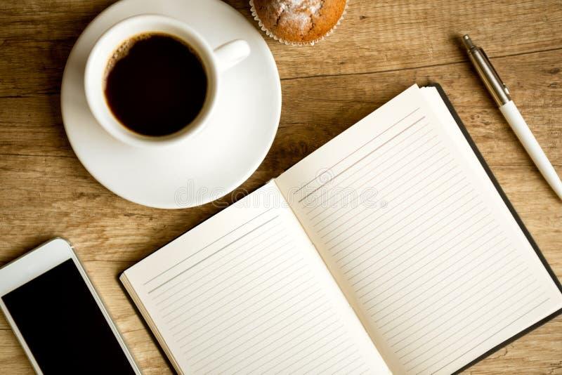 Πίνακας γραφείων με το φλυτζάνι και τις προμήθειες καφέ στοκ εικόνες με δικαίωμα ελεύθερης χρήσης
