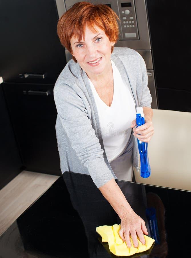 Πίνακας γυαλιού πλύσης γυναικών στοκ φωτογραφία με δικαίωμα ελεύθερης χρήσης