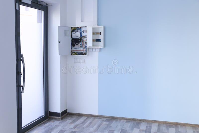 Πίνακας διανομής με τα καλώδια στο ελαφρύ δωμάτιο στοκ εικόνα