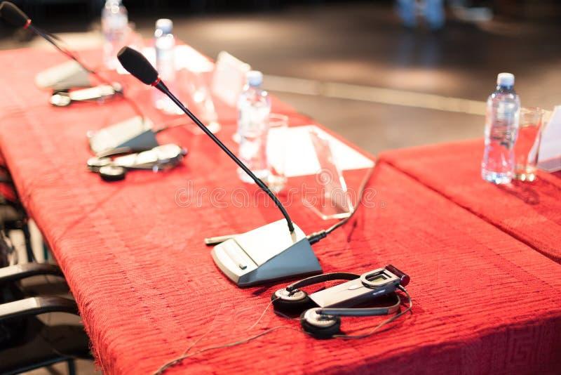 Πίνακας διασκέψεων με τα μικρόφωνα στοκ φωτογραφίες