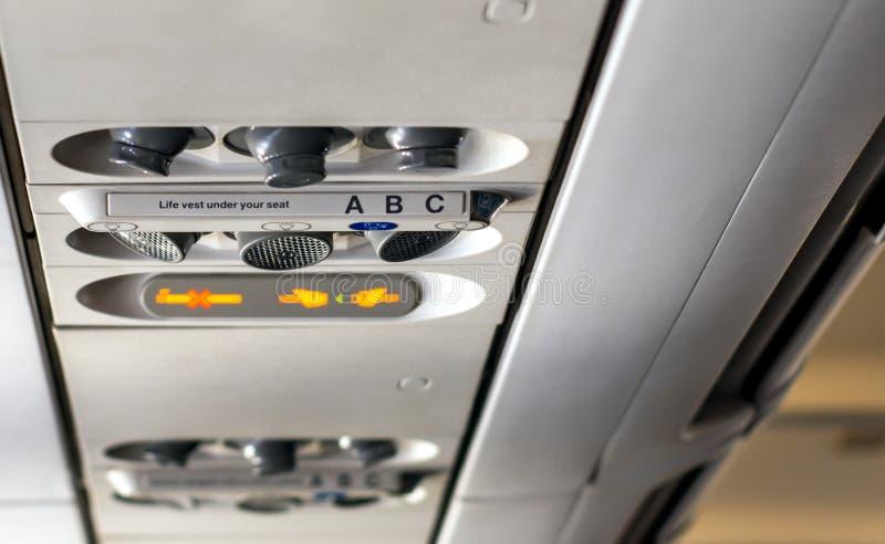 Πίνακας ελέγχου μέσα σε μια καμπίνα πτήσης ενός αεροπλάνου στοκ φωτογραφίες