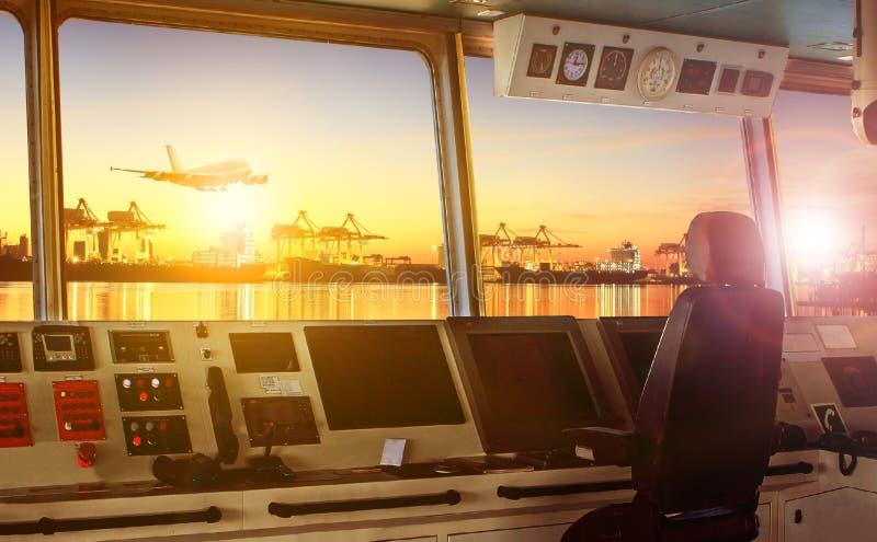 Πίνακας ελέγχου πηδαλιουχείων του σύγχρονου σκάφους βιομηχανίας που πλησιάζει στοκ εικόνες με δικαίωμα ελεύθερης χρήσης