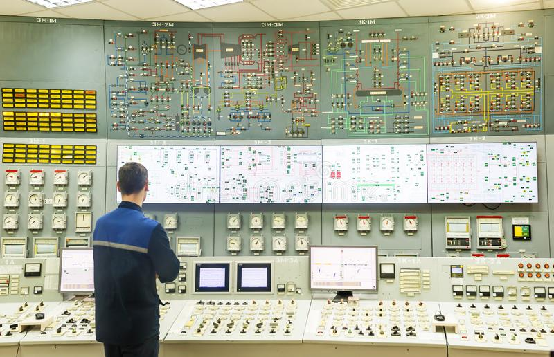 Πίνακας ελέγχου του δωματίου λεβήτων Ο χειριστής είναι πίσω από το πίνακα ελέγχου δωματίων λεβήτων στοκ φωτογραφίες με δικαίωμα ελεύθερης χρήσης