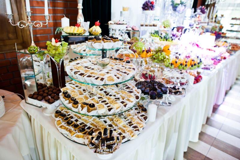 Πίνακας δεξίωσης γάμου κομψότητας με τα τρόφιμα και το ντεκόρ στοκ εικόνα με δικαίωμα ελεύθερης χρήσης
