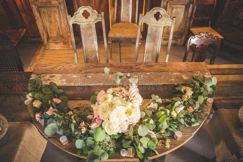 Πίνακας δεξίωσης γάμου σε μια σιταποθήκη στοκ εικόνες