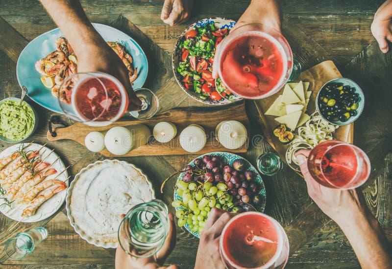 Πίνακας εορτασμού διακοπών που θέτει με τα πρόχειρα φαγητά κρασιού στοκ φωτογραφία με δικαίωμα ελεύθερης χρήσης