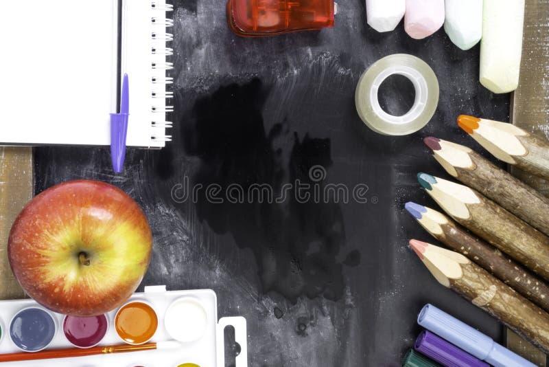 πίνακας εργαλείων και σχολικές προμήθειες, μήλο στοκ εικόνες με δικαίωμα ελεύθερης χρήσης