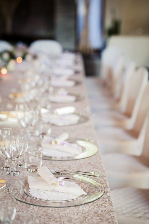 Πίνακας εστιατορίων που προετοιμάζεται για τη δεξίωση γάμου στοκ φωτογραφία