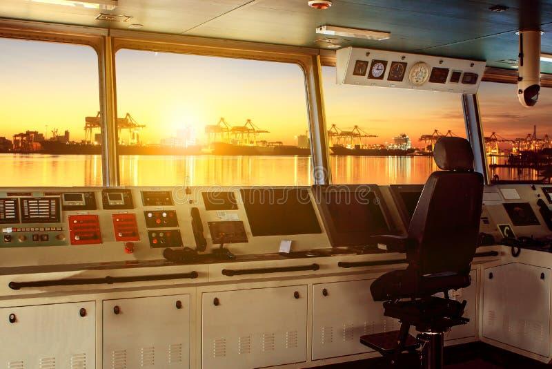 Πίνακας ελέγχου πηδαλιουχείων του σύγχρονου σκάφους βιομηχανίας που πλησιάζει στοκ φωτογραφία με δικαίωμα ελεύθερης χρήσης