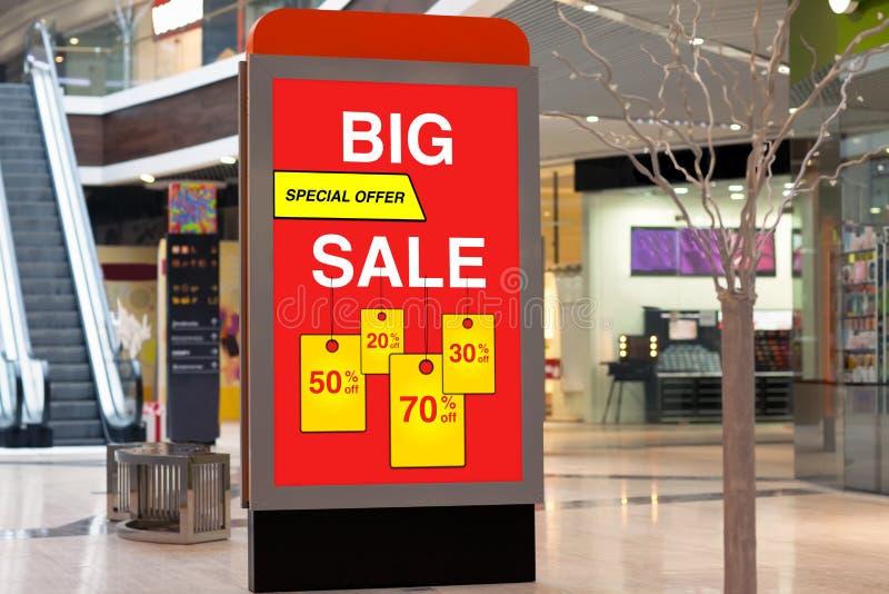 Πίνακας διαφημίσεων που διαφημίζει τη μεγάλες έκπτωση και την πώληση στο μεγάλο κατάστημα στοκ φωτογραφία