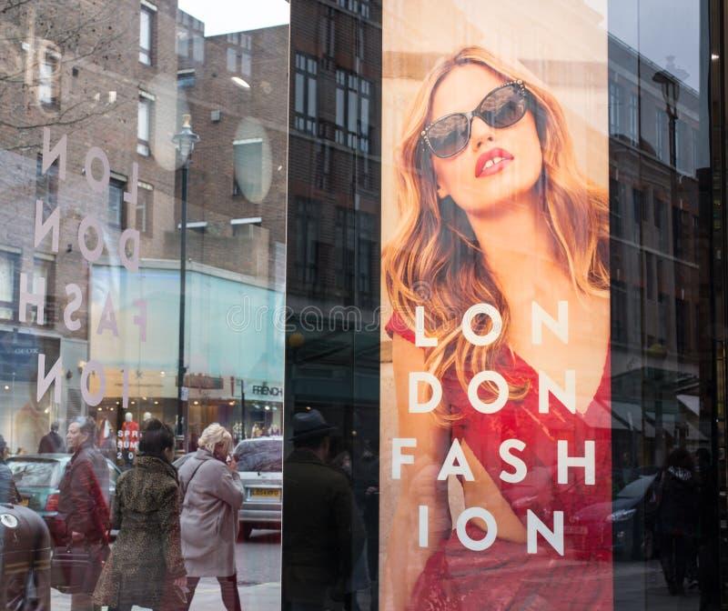 Πίνακας διαφημίσεων σε μια προθήκη που γιορτάζει τη μόδα του Λονδίνου στοκ εικόνα με δικαίωμα ελεύθερης χρήσης