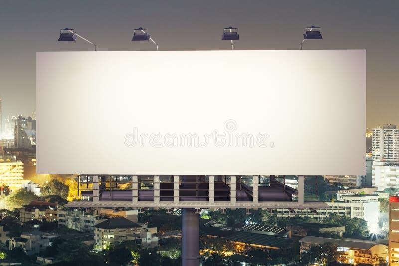 Πίνακας διαφημίσεων στο μέτωπο υποβάθρου πόλεων νύχτας απεικόνιση αποθεμάτων