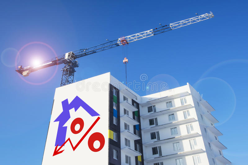 Πίνακας διαφημίσεων στο υπόβαθρο της οικοδόμησης ενός σπιτιού στοκ φωτογραφία