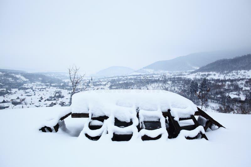Πίνακας και έδρες που καλύπτονται από το χιόνι στοκ εικόνες με δικαίωμα ελεύθερης χρήσης
