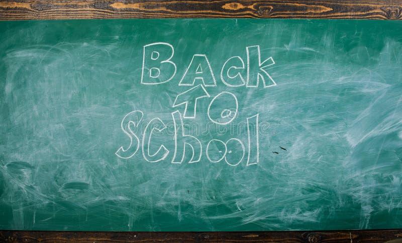 Πίνακας κιμωλίας με την επιγραφή πίσω στο σχολείο Πίσω στο σχολείο δεν είναι ποτέ αργά για να μελετήσει Χρόνος Σεπτεμβρίου πίσω σ στοκ φωτογραφία
