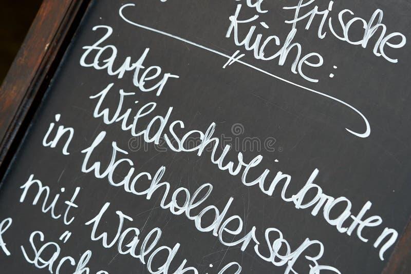 Πίνακας κιμωλίας μπροστά από ένα εστιατόριο στοκ φωτογραφία με δικαίωμα ελεύθερης χρήσης