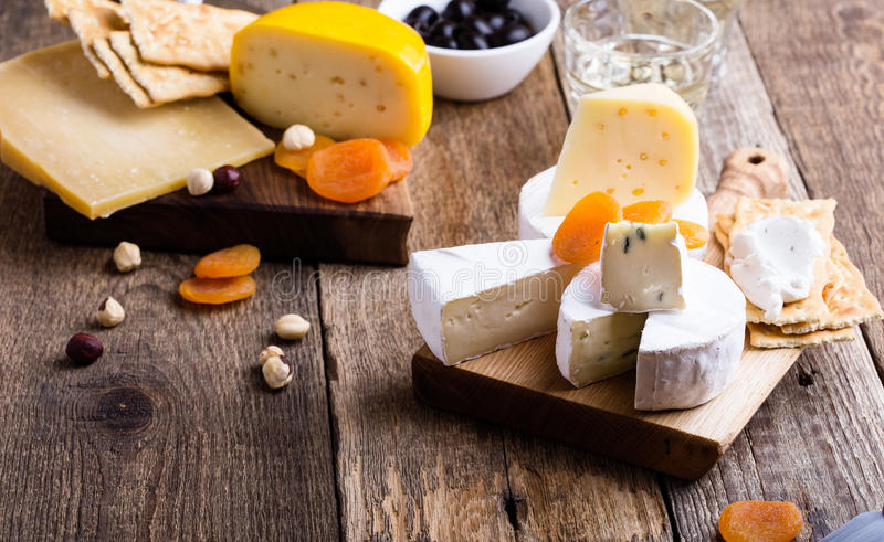 Πίνακας κομμάτων τυριών και κρασιού στοκ εικόνες