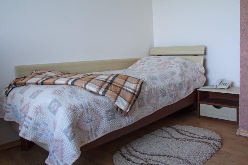 Πίνακας κρεβατιών και πλευρών σε ένα ξενοδοχείο οικονομίας στοκ εικόνες με δικαίωμα ελεύθερης χρήσης