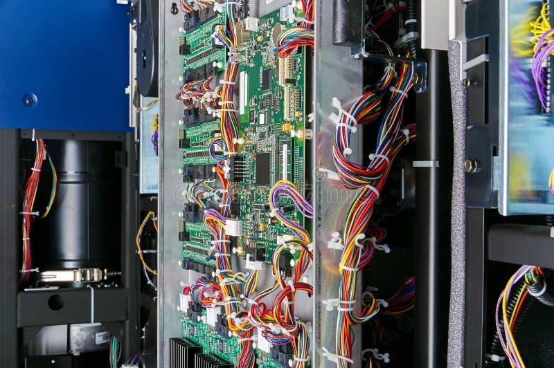 Πίνακας κυκλωμάτων ψηφιακών υπολογιστών με τους μηχανικούς και τα καλώδια στοκ εικόνα