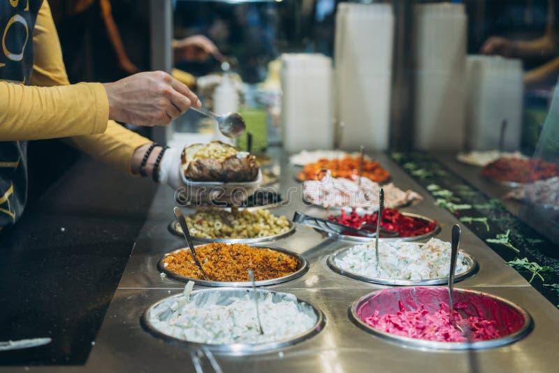 Πίνακας με τα διαφορετικά κρύα πρόχειρα φαγητά, ένας μπουφές στοκ φωτογραφίες