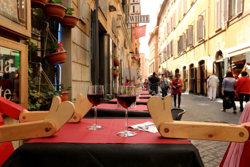 Πίνακας με τα ποτήρια του κρασιού στοκ φωτογραφία