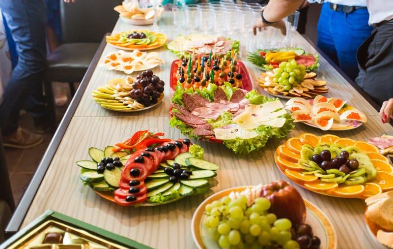 Πίνακας με τα τρόφιμα και το ποτό στοκ εικόνες με δικαίωμα ελεύθερης χρήσης