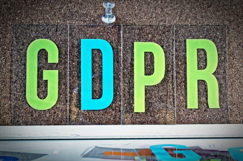 Πίνακας με την επιγραφή στα γερμανικά: DSGVO Datenschutzgrundverordnung στα αγγλικά: Γενικός κανονισμός προστασίας δεδομένων GDPR στοκ εικόνα