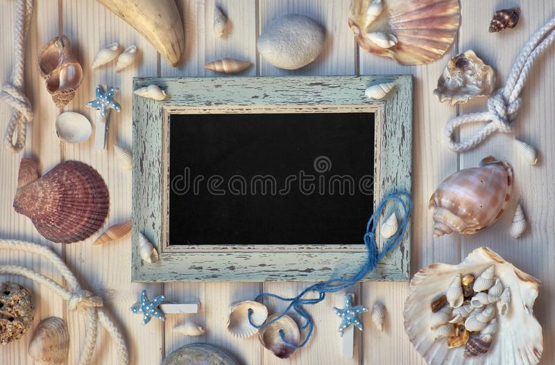 Πίνακας με τις θαλάσσιες διακοσμήσεις στο ελαφρύ ξύλο, αντίγραφο-διάστημα στοκ εικόνες