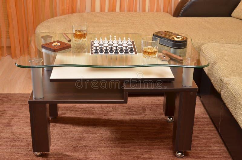 Πίνακας με το σκάκι, το πούρο και το ουίσκυ στοκ φωτογραφία