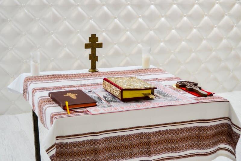 Πίνακας με το σταυρό, Βίβλος, κερί στοκ εικόνες με δικαίωμα ελεύθερης χρήσης