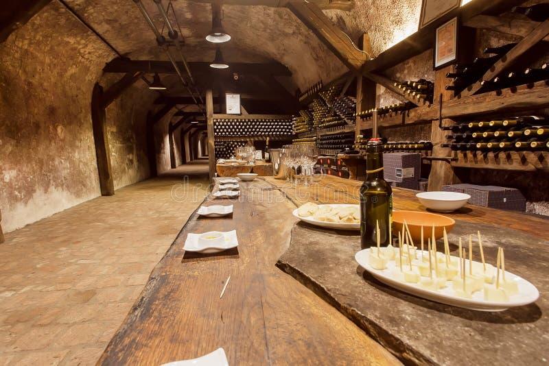Πίνακας με το winside γυαλιών τυριών και κρασιού το δοκιμάζοντας δωμάτιο της παλαιάς οινοποιίας Khareba κελαριών στοκ φωτογραφίες