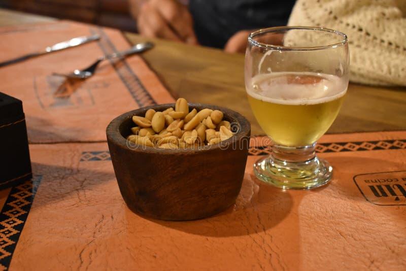 Πίνακας μπύρας και φυστικιών στοκ φωτογραφίες με δικαίωμα ελεύθερης χρήσης