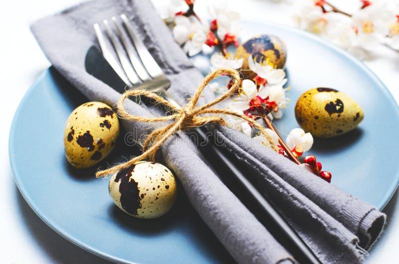 Πίνακας Πάσχας που θέτει με τα αυγά ορτυκιών και τους κλάδους στο άνθος, υπόβαθρο διακοπών ανοίξεων στοκ εικόνα
