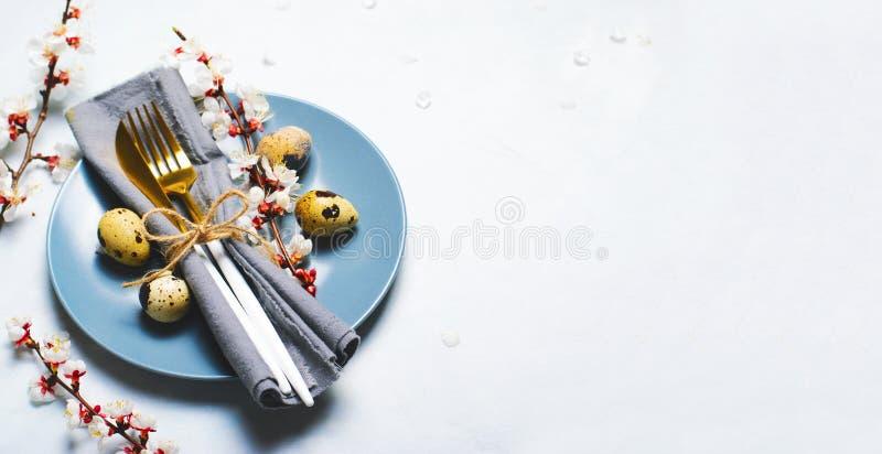 Πίνακας Πάσχας που θέτει με τα αυγά ορτυκιών και τους κλάδους στο άνθος, υπόβαθρο διακοπών ανοίξεων στοκ εικόνα με δικαίωμα ελεύθερης χρήσης