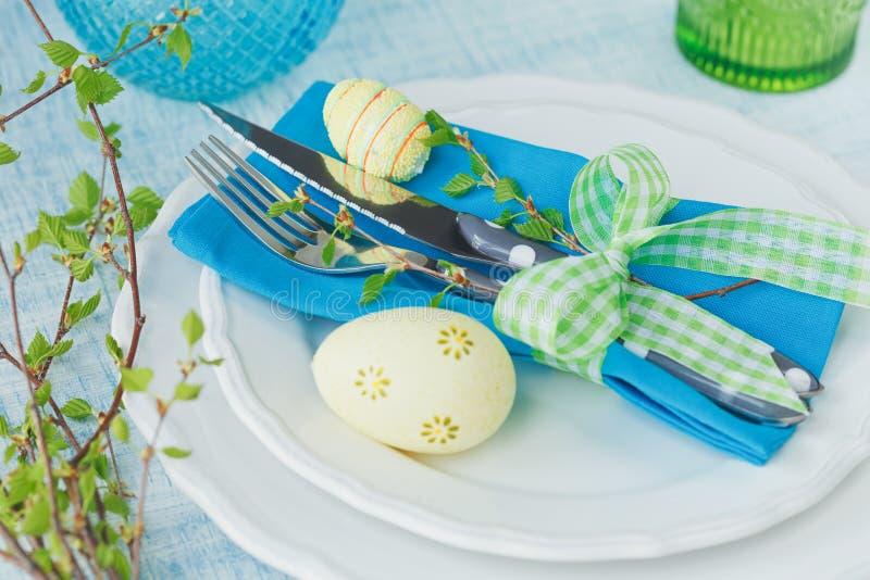 Πίνακας Πάσχας που θέτει με τα χρωματισμένα αυγά, πράσινος κλάδος άνοιξη και στοκ εικόνα με δικαίωμα ελεύθερης χρήσης