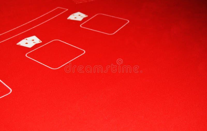 Πίνακας παιχνιδιών που καλύπτεται με το κόκκινο ύφασμα για τη χαρτοπαικτική λέσχη που παίζει, δύο ζευγάρια των άσσων, η έννοια τη στοκ εικόνες