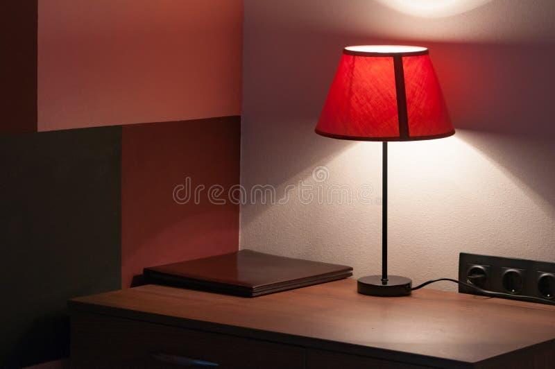 Πίνακας πλευρών σε ποιο ψέμα ο φάκελλος δέρματος των επιλογών, δεν ενοχλεί το σημάδι και το λαμπτήρα με υφαντικό lampshade στοκ εικόνα