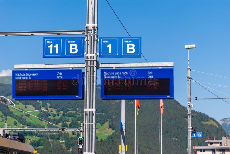 Πίνακας πληροφοριών στο σιδηροδρομικό σταθμό Grindelwald Τοποθετημένος στην ελβετική περιοχή Bernese Oberland Ελβετία στοκ φωτογραφίες