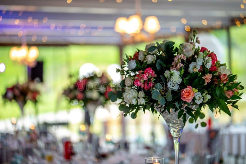 Πίνακας που διακοσμείται γαμήλιος με τα λουλούδια στοκ εικόνες