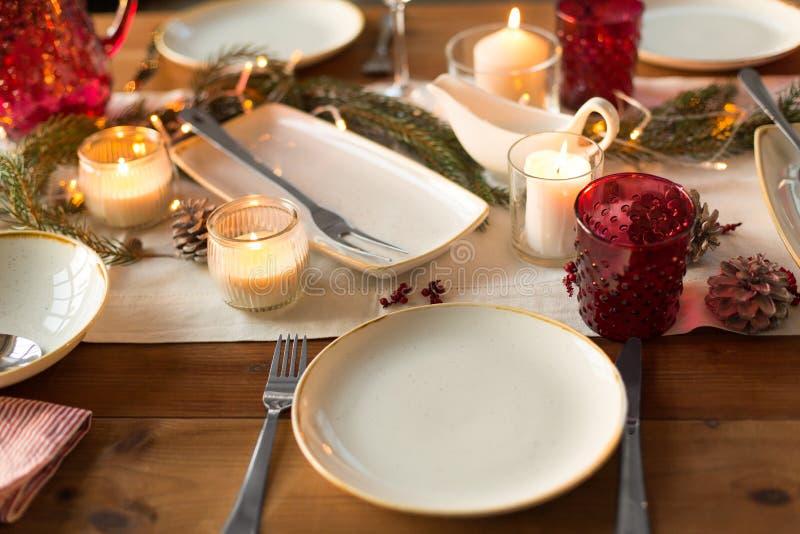 Πίνακας που εξυπηρετείται για το γεύμα Χριστουγέννων στο σπίτι στοκ εικόνα