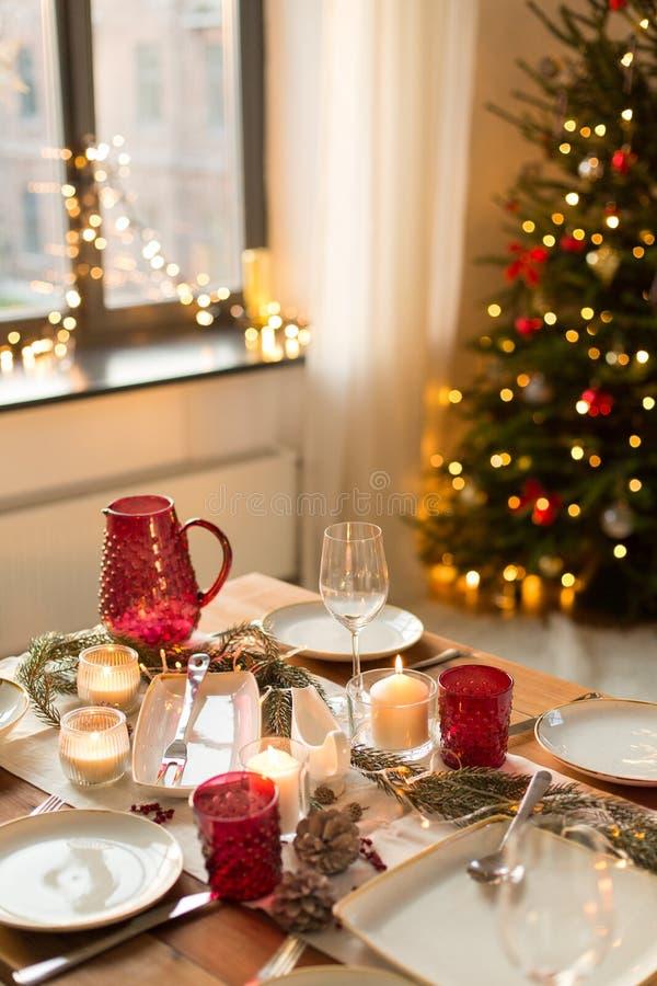 Πίνακας που εξυπηρετείται για το γεύμα Χριστουγέννων στο σπίτι στοκ φωτογραφία με δικαίωμα ελεύθερης χρήσης